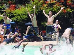 Véspera. Alunos de escola particular da capital se descontraíram em piscina de clube ontem
