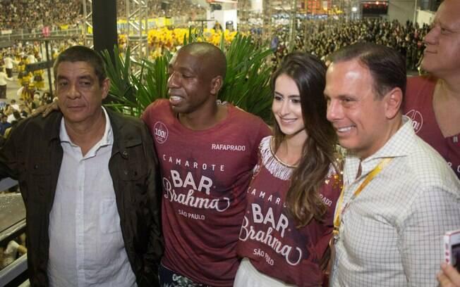 O prefeito de São Paulo João Dória visitou o Camarote Brahma na noite de sábado (10) e posou para fotos com Zeca Pagodinho