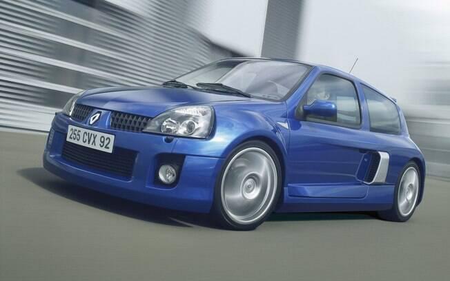 Renault Clio V6: é a versão mais potente do hatch compacto, sem os bancos traseiros para poder encaixar o V6 de 255 cv