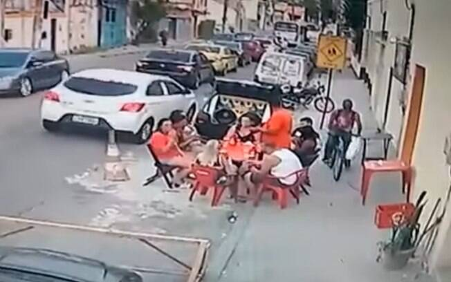 Grupo foi vítima de assalto em bar na Piedade, no Rio
