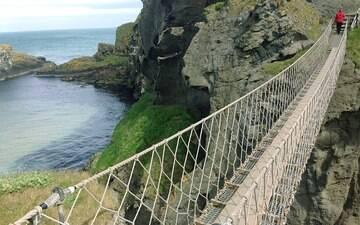Perca o fôlego em uma ponte de corda sobre abismo de 30 metros