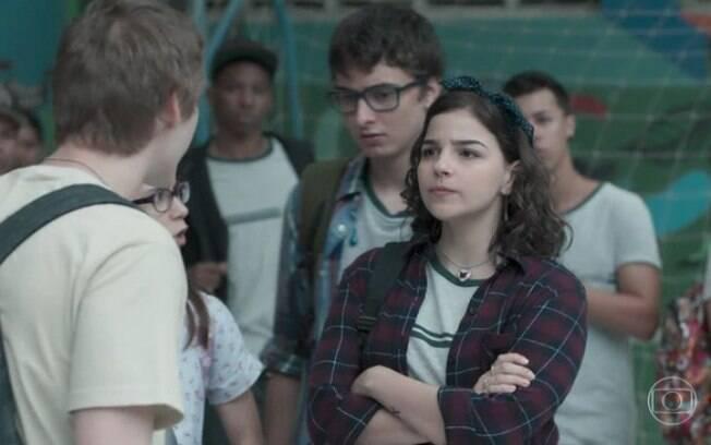 Keyla confronta Dogão (Giovanni Galo) que está praticando bullying contra os alunos