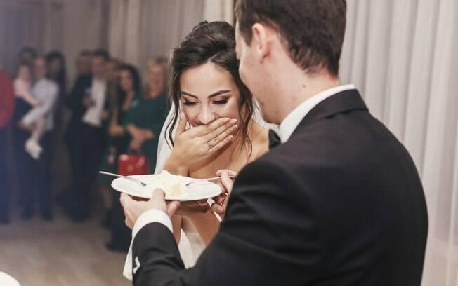 Noiva vai ao banheiro durante festa e, quando volta, percebe que cunhada comeu sua refeição enquanto ela estava ausente