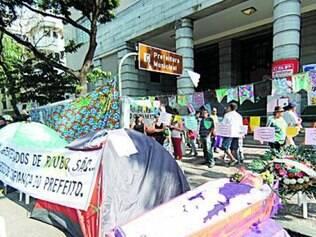 Durante o ato, grevistas fizeram enterro do prefeito