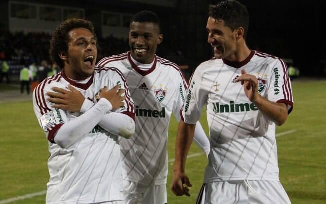 O atacante Wellington Nem comemora, ao lado  de Rhayner (centro)e Thiago Neves, o gol de empate  do Fluminense diante do Huachipato