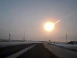 Frame de vídeo produzido por câmera acoplada em carro em estrada que liga Kostanai, no Kazakhstão, à região de Chelyabinsk, na Russia