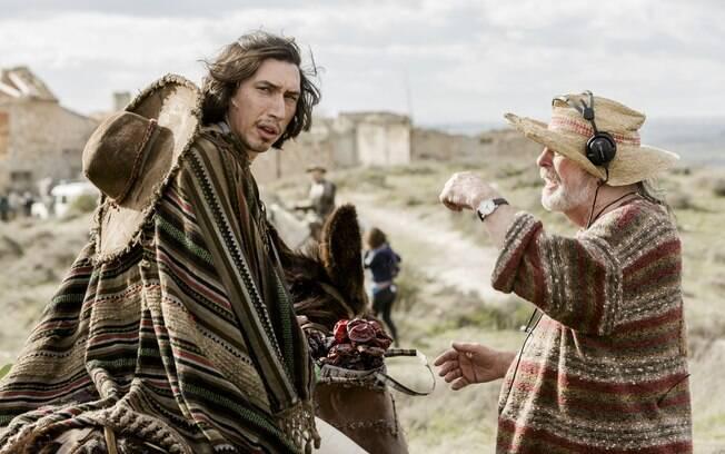 Adam Driver e o diretor Terry Gilliam no set de O Homem que Matou Dom Quixote