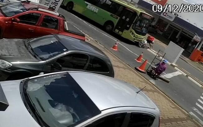 Vdeo mostra motociclista sendo atropelado por nibus em Paulnia