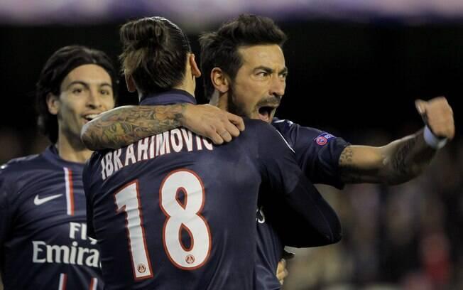 O argentino Lavezzi, do PSG, celebra seu gol  com Ibrahimovic