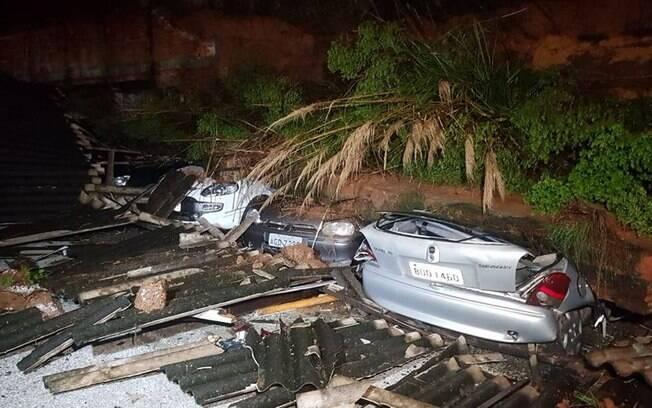 Após chuva, muro caiu sobre 11 veículos em condomínio de Curitiba