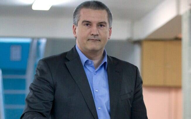 Novo primeiro-ministro da Crimeia, Sergei Aksyonov lança seu voto em assembleia de votos de Simferopol, Ucrânia