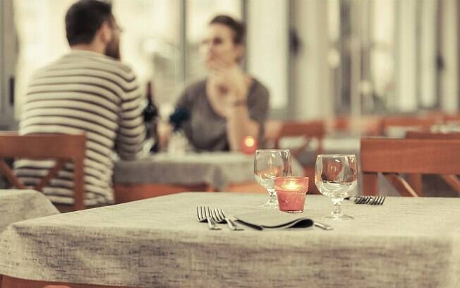 Vai levá-la para jantar? Evite restaurantes muito formais. Pode gerar pressão no casal, diz consultor
