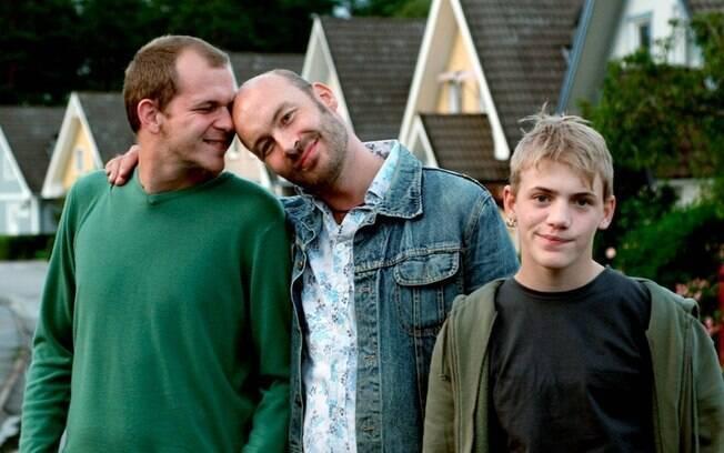 """Em """"Patrick, Idade 1,5"""" ,  um casal gay queria adotar um bebê, mas acaba ficando com um adolescente homofóbico"""