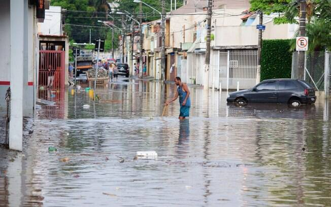 Rio Aricanduva transborda devido a forte chuva da tarde desta sexta-feira (19)