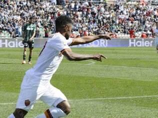 Com assistência de Totti, Michel Bastos anotou o segundo gol da Roma já nos acréscimos finais da partida