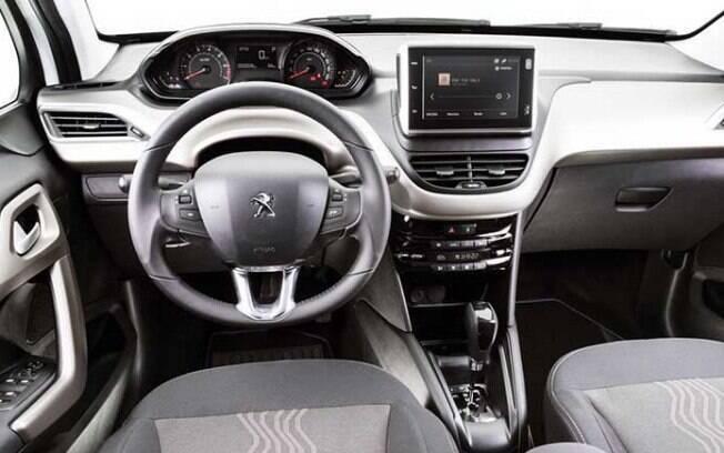 No interior do Peugeot 2008 Style, as novidades são do ar-condicionado de duas zonas e apoio de braço