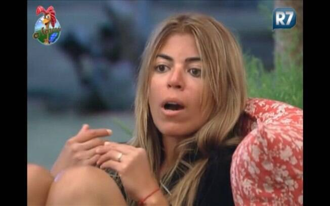 Raquel conversa com Monique na varanda da sede