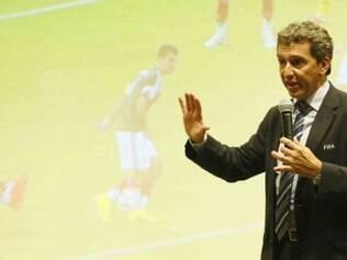 Jorge Larrionda, instrutor da FIFA, orienta reunião sobre polêmicas na arbitragem brasileira