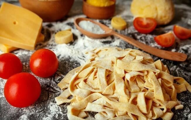 Macarrão, farinha e tomates