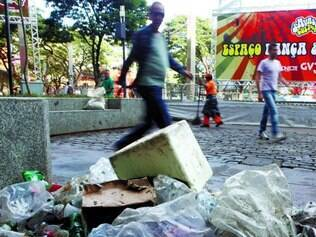 Poluição visual. Quem anda pela Savassi, principalmente pela manhã, encontra lixo por toda parte