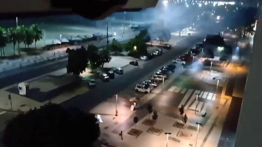 Torcedores do Flamengo soltam fogos na frente do Hotel Windsor, na zona sul do Rio de Janeiro (RJ)