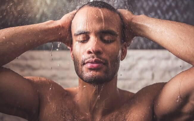 Homens devem ficar atentos aos cuidados com o cabelo não apenas por conta da calvície, mas pelo risco de caspa também