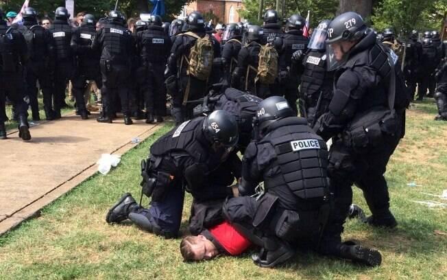 Neste domingo (12), em Charlottesville, centenas de pessoas se reuniram para protestar contra o s neonazistas.  Há um ano, uma moradora foi morta quando James Fields (foto) lançou seu carro contra manifestantes