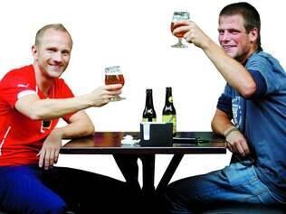 Suíços Roman Warner e Felix Fryba aproveitam cervejaria no aeroporto de Confins para confraternização antes de nova viagem