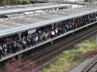 Passageiros aguardam retorno dos trens na estação Presidente Altino, na Linha 9 da CPTM, em São Paulo