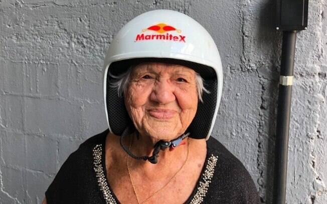 Dona Izaura, uma vovó de 90 anos, dirige pela primeira vez no