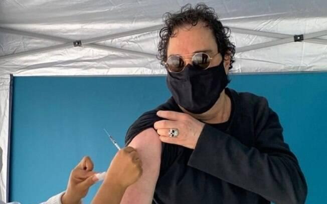 Walter Casagrande é vacinado contra a Covid-19 e agradece a quem dá vida em um 'momento de morte'