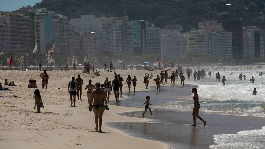 Calçadão e Praia de Copacabana em abril de 2021