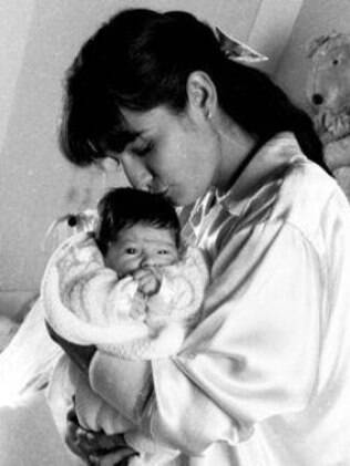 Luiza com Yasmin no colo, em junho de 1988