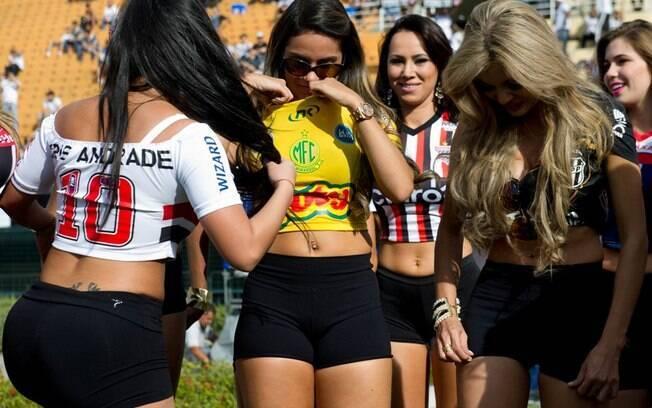 As musas do Campeonato Paulista posaram para  fotos antes da partida começar