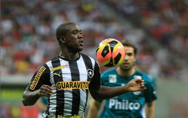 Seedorf domina a bola durante o duelo do  Botafogo com o Goiás