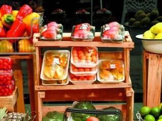 Dispostas na vitrine da loja, frutas, verduras, legumes e folhas são prontas para levar para casa