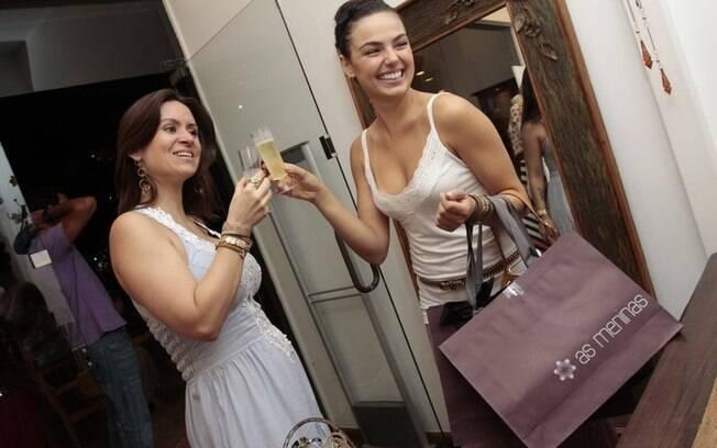 Ísis Valverde brinda com Marcella Affonseca, proprietária da loja