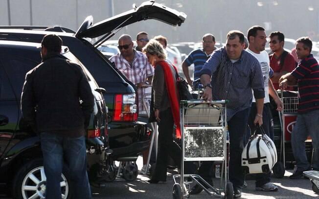 Ana Maria Braga coloca a bagagem no carro