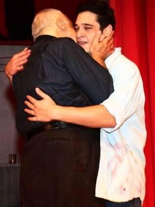 Emoção na estreia: Antônio Fagundes beija o filho, Bruno