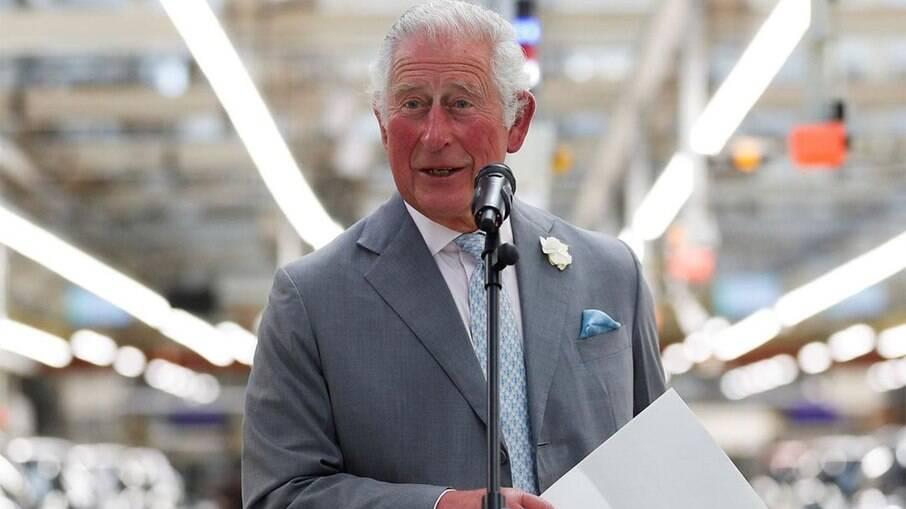 Príncipe Charles durante uma visita a uma fábrica no Reino Unido