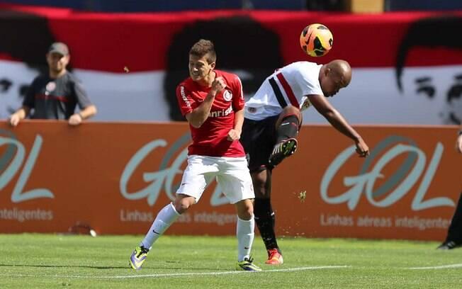 Otávio recebe forte marcação de Edson Silva na partida Internacional x São Paulo