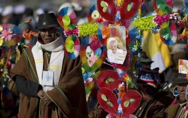 Bolivianos aguardam o papa Francisco em frente ao aeroporto, nesta quarta-feira. Foto: AP