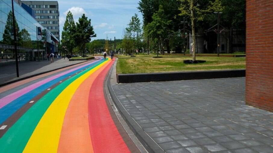 Ciclovia com cores da bandeira LGBTQIA+ liga três campus de universidade na holanda