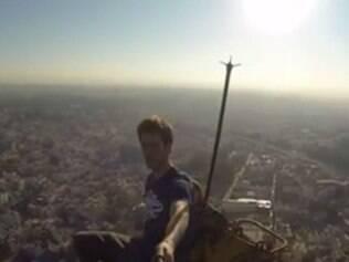 Freerunner britânico vai à Índia para escalar prédio