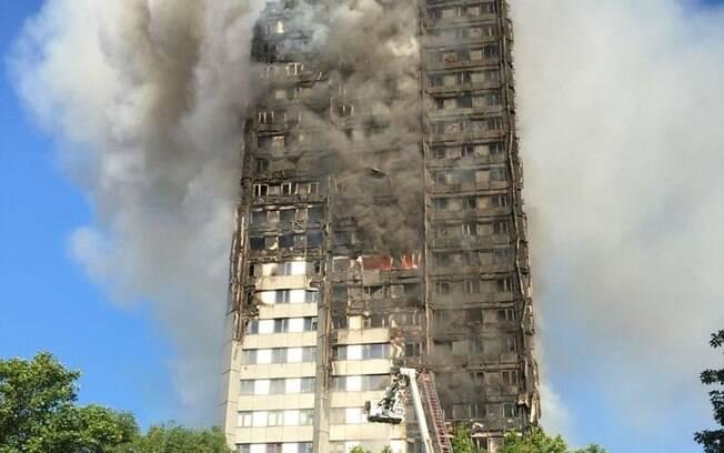 No incidente, um bloco de 24 andares e 120 apartamentos pegou fogo por completo em um grave incêndio