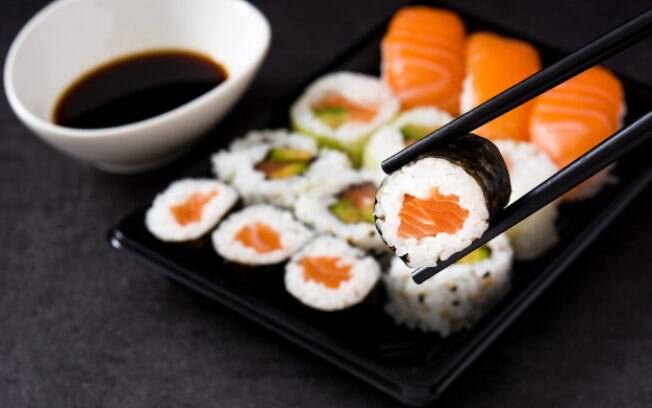 Enrolar o sushi pode ser difícil, mas com o auxílio de uma esteira, você consegue enrolar!