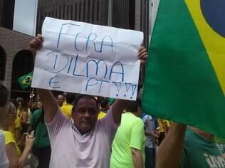 Boa parte da multidão que protesta na Paulista empunha cartazes que pedem saída de Dilma