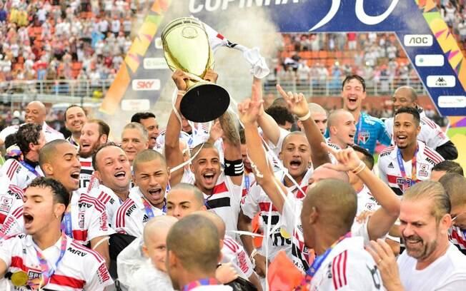 Jogadores do São Paulo levantam o troféu da Copa São Paulo de Futebol Júnior 2019