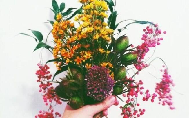 Flores que saiam do convencional dão um charme a mais à decoração do casamento