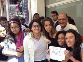 Alunos de um cursinho em São Paulo levantaram cartaz de protesto sobre a crise hídrica sem que Alckmin percebesse